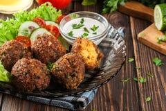 Palle del falafel del cece con le verdure fotografia stock libera da diritti
