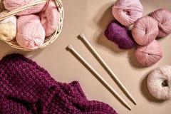 Palle del filato Palle di filato colorato in un piatto di vimini Filato per tricottare su un fondo beige Tricottando come genere  Immagine Stock