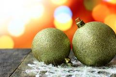 Palle del fondo di Natale sulla tavola di legno scura dello scrittorio Fotografie Stock Libere da Diritti