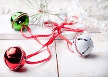 Palle del nuovo anno, di Natale con il nastro, fiocchi di neve decorativi e gufo Immagine Stock Libera da Diritti