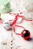 Palle del nuovo anno, di Natale con il nastro, fiocchi di neve decorativi e gufo Immagini Stock