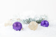 Palle del nuovo anno e di Natale su fondo leggero Fotografia Stock Libera da Diritti