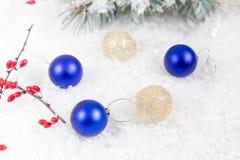 Palle del nuovo anno e di Natale su fondo leggero Fotografie Stock Libere da Diritti