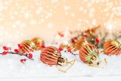 Palle del nuovo anno e di Natale su fondo leggero Fotografia Stock