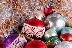 Palle dell'albero di Natale decorate con arte di piega della decorazione della decorazione del pizzo di Vologda immagini stock