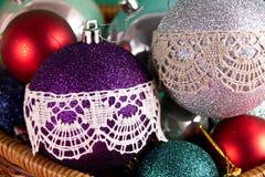 Palle dell'albero di Natale decorate con arte di piega della decorazione della decorazione del pizzo di Vologda immagine stock