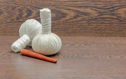 palle della compressa per il trattamento della stazione termale su legno Immagini Stock
