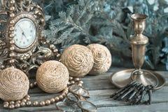 Palle della decorazione di Natale, orologi, candela fotografia stock libera da diritti