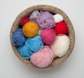 Palle della lana di colore in ciotola a foglie rampanti Immagine Stock Libera da Diritti