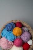 Palle della lana di colore in ciotola su Grey Background Immagini Stock Libere da Diritti