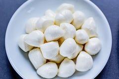 Palle della mozzarella in piatto su fondo nero, Immagine Stock Libera da Diritti