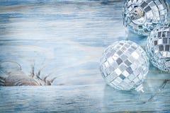 Palle dello specchio di Natale sullo spazio della copia del bordo di legno Fotografia Stock