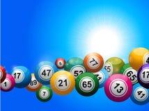 Palle di bingo che galleggiano sopra il cielo soleggiato blu Fotografia Stock Libera da Diritti