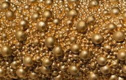Palle di colore dorato del primo piano differente di dimensione Fondo brillante dell'oro luminoso immagini stock libere da diritti