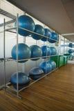 Palle di esercizio sullo scaffale in studio Fotografia Stock