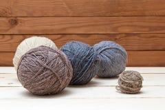 Palle di lana su fondo di legno Fotografia Stock
