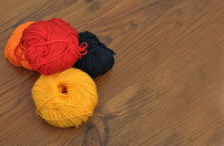 Palle di lana su legno Fotografia Stock