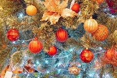 Palle di Natale che appendono sull'albero Foto di riserva Fotografia Stock