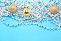Palle di Natale con il nastro d'argento Fotografia Stock Libera da Diritti