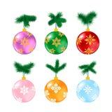 Palle di Natale con il pino su bianco Immagine Stock