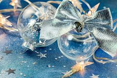 Palle di Natale con le luci d'argento di festa e dell'arco su backg blu Fotografie Stock Libere da Diritti