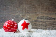 Palle di Natale con neve e legno Immagini Stock
