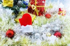 Palle di Natale decorate ed altra su fondo bianco Fotografia Stock
