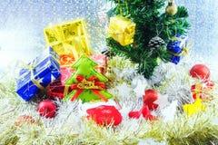 Palle di Natale decorate ed altra sul fondo della sfuocatura Immagini Stock Libere da Diritti