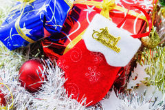 Palle di Natale decorate ed altra sul fondo della sfuocatura Fotografia Stock