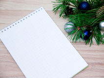 Palle di Natale, del nuovo anno, rami del pino e un taccuino Immagini Stock