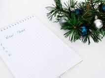 Palle di Natale, del nuovo anno, rami del pino e un taccuino Fotografia Stock