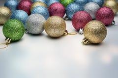 Palle di Natale della miscela su una luce Fotografia Stock