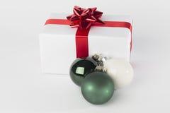 Palle di Natale e del regalo di Natale, isolate Immagine Stock Libera da Diritti