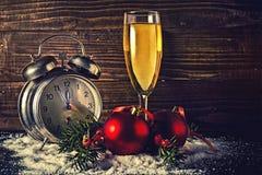 Palle di Natale ed orologio d'annata con vetro di champagne Fotografia Stock