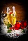 Palle di Natale ed orologio d'annata con vetro di champagne Fotografie Stock Libere da Diritti