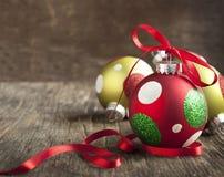 Palle di Natale su fondo di legno Fotografie Stock Libere da Diritti