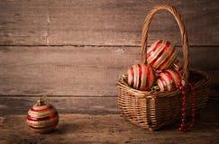 Palle di Natale su fondo di legno Fotografia Stock Libera da Diritti
