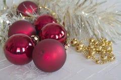 Palle di Natale su un fondo leggero Fotografia Stock Libera da Diritti