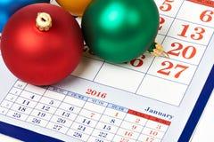 Palle di Natale sul calendario Fotografie Stock Libere da Diritti