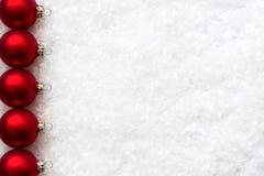 Palle di Natale sul fondo della neve con spazio per il vostro testo Fotografie Stock Libere da Diritti