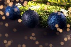Palle di Natale sull'abete dei rami Fotografie Stock Libere da Diritti