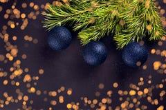 Palle di Natale sull'abete dei rami Immagini Stock Libere da Diritti