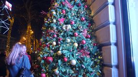 Palle di Natale sull'albero di Natale, albero del nuovo anno, il 1° gennaio 2018: La gente cammina lungo il viale principale di R stock footage
