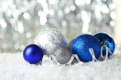 Palle di Natale sulle luci fondo, fine su Immagini Stock Libere da Diritti