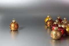 Palle di Natale in un gruppo e da solo Fotografie Stock