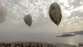 Palle di nozze dell'aria che ondeggiano nel vento stock footage