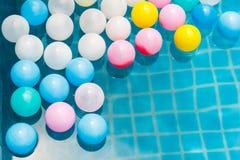 Palle di plastica nella piscina Fotografia Stock