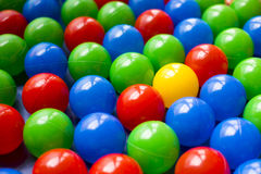 Palle di plastica variopinte sul campo da gioco per bambini Fotografia Stock