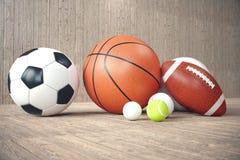 palle di sport della rappresentazione 3d su backgorund di legno Insieme delle palle di sport Attrezzatura di sport tali noi calci Fotografia Stock Libera da Diritti