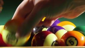 Palle di stagno sulla tavola del gioco del biliardo stock footage